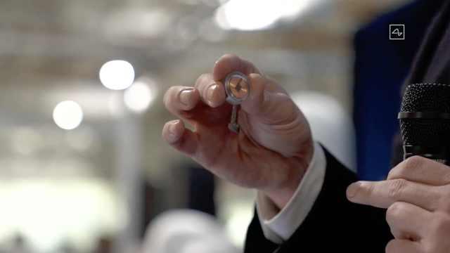 150秒看马斯克脑机接口震撼进展:无损植入猪脑,下一步人脑
