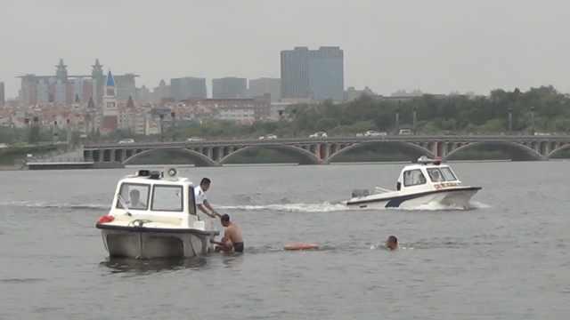 48岁大叔坚持健身从事水上救援30年:救过200多人,感觉很神圣