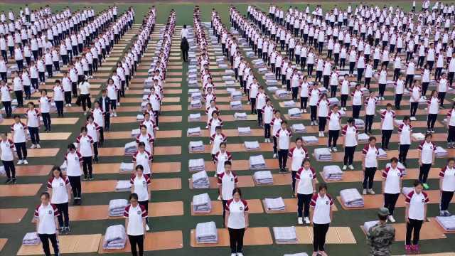 壮观!开学第一课,千名高一学生操场上练习叠被子