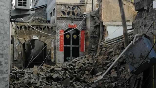 山西平遥古城一处老宅围墙坍塌,附近商户:多年失修无人住