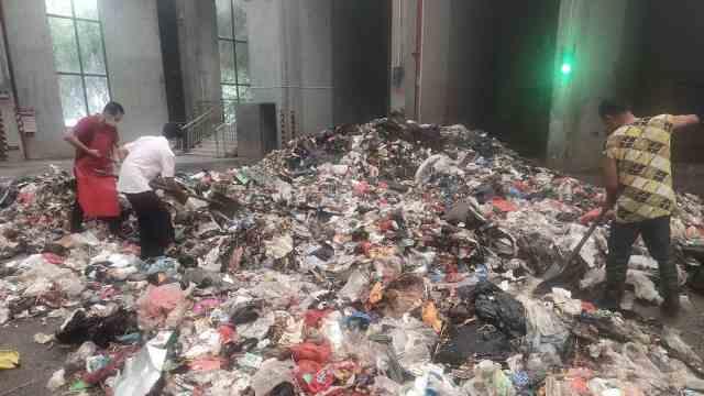 男子旧衣服藏3.8万元被老婆误扔,民警帮从30吨垃