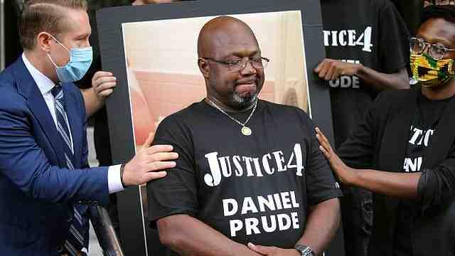 又一个弗洛伊德!美非裔男子被警察套头套按压在地死亡