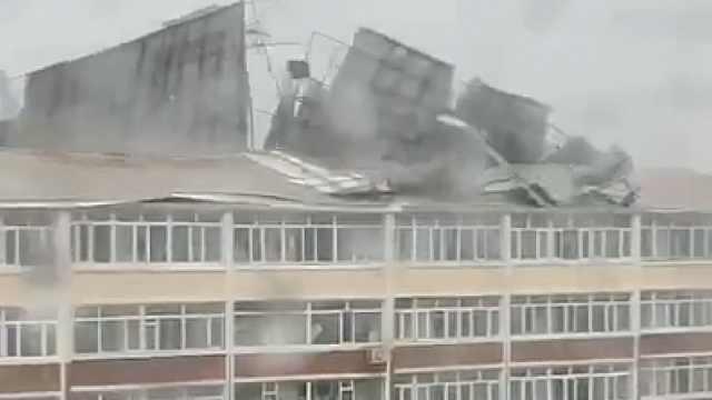 吉林黑龙江接连出现大风降雨天气:房顶被刮飞,大树成排被掀倒