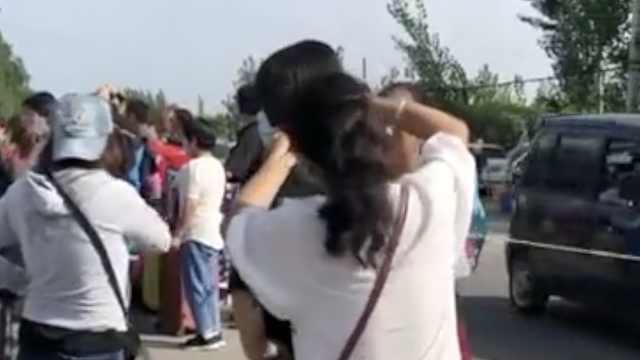 老师回应家长在校门给孩子剪发入学:留长发容易攀比影响风气