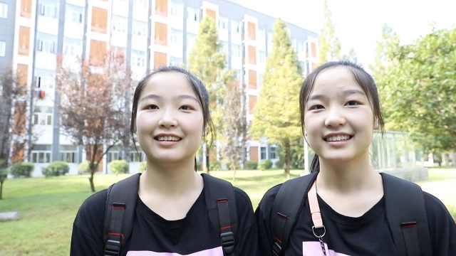 真复制粘贴!00后双胞胎姐妹大学报到:同校同班