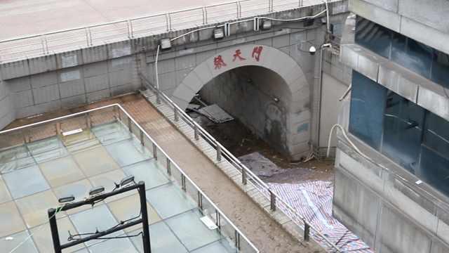 创纪录洪水过去快1个月,重庆朝天门门洞仍被淤