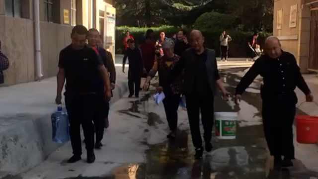 兰州百余户居民停水4天挑水吃,社区:管网改造后不装水表
