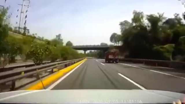 前车掉钢筋被砸,孕妇女司机高速超车逼停大货车