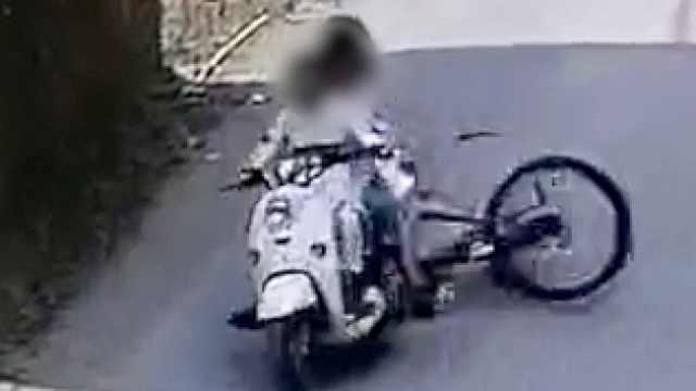 警方通报3人拉拽骑车女孩:事发时因让路争吵,已赔礼道歉