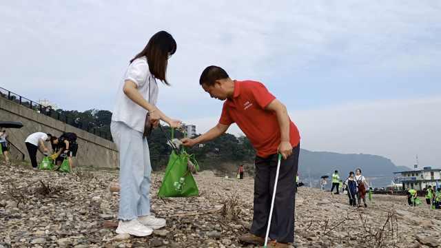 """农民工8年做公益2000小时带动上万人,被称""""重庆好人"""""""