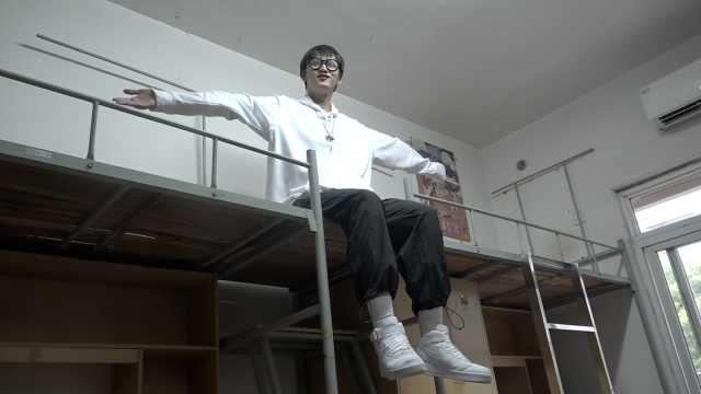 大一新生近两米高,学校安排他睡两张床:终于不会碰别人头了