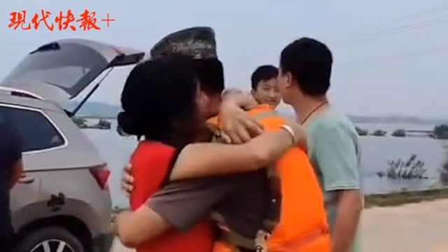 22年前大水中被救起的那个孩子,跟着部队回家乡抗洪了