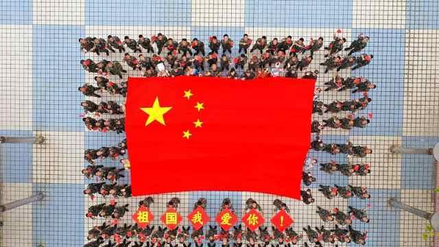 深港卫士手擎巨幅国旗深情表白祖国