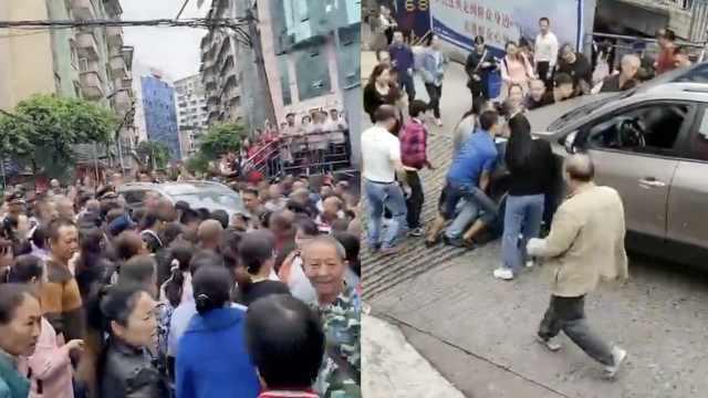 重庆俩小孩过路被撞卷入车底,半条街市民围过来抬车营救