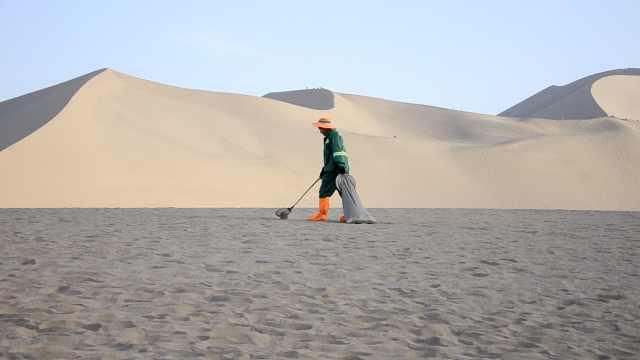 为照顾残疾父亲,90后小伙敦煌当骆驼铲屎官:日捡驼粪600斤