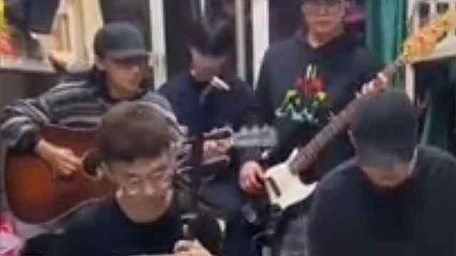 男生宿舍5种乐器合奏《新闻联播》片尾曲走红,代入感太强
