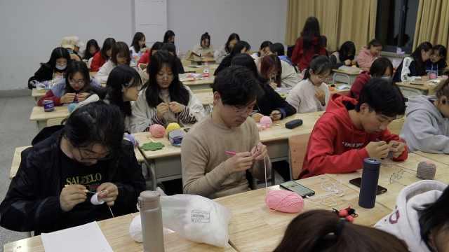 高校开织毛线课男生抢着上:手工不是女生专利
