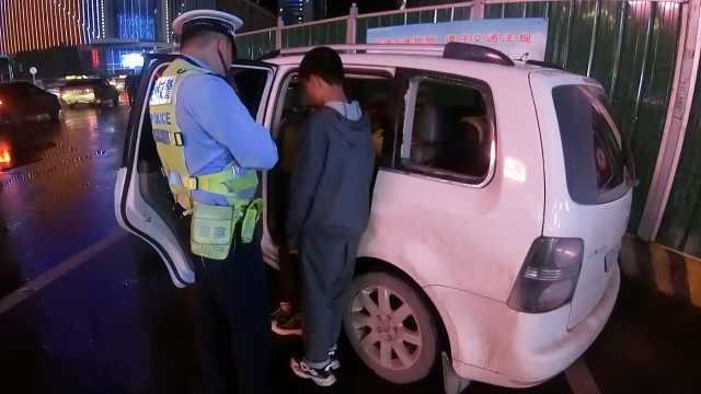 5名男孩偷车兜风被拦截,1人抓方向盘1人挂档驾驶一百公里