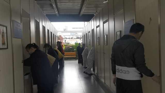 洗厕所前先鞠躬,重庆百位志愿者18道工序洗厕所,工具都有46样