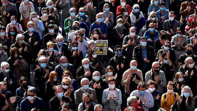 """疫情下法国爆发大规模示威,悼念声援被""""斩首""""教师"""