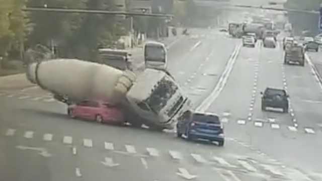 监控画面!水泥罐车侧翻,轿车直接被压扁:车上两人身亡