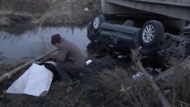 轿车失控撞护栏坠河致1死1伤,幸存者:哥哥已开车7小时