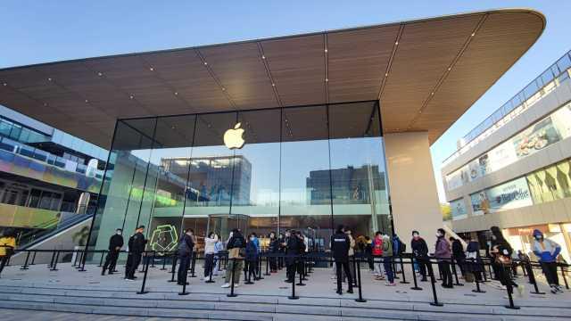 iPhone12开售排队,现场黄牛称128GPro至少加价一千