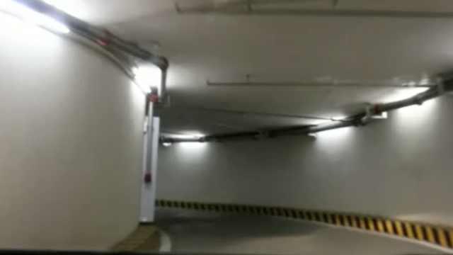 重庆来福士9圈螺旋车库晕翻小车,老司机体验开完一身汗