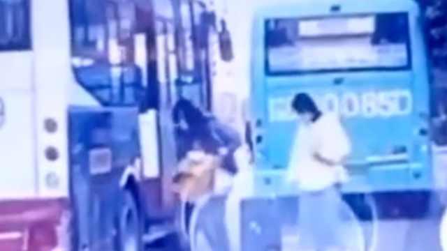 河南一女童被公交车门夹腿拖行,回应:司机没注意,人没事