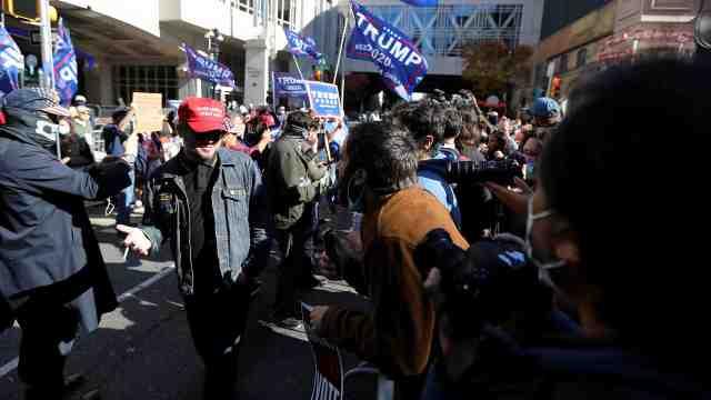 大型吵架现场:川普拜登支持者在费城当街争执,吼到嗓音嘶哑