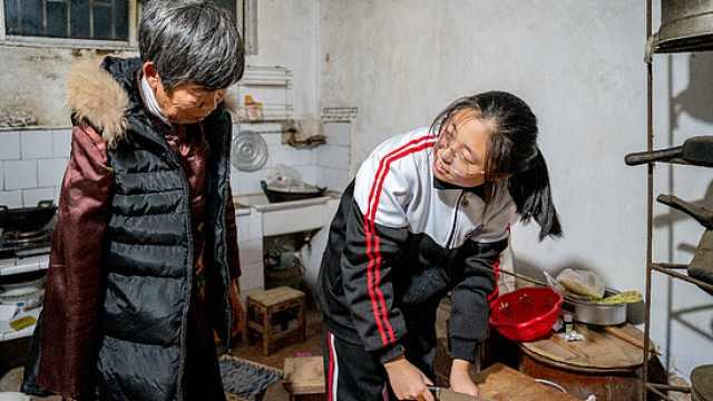 父去世母改嫁,16岁女孩与残疾奶奶相依为命:想带奶奶读大学