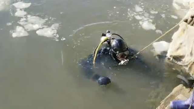 冬泳男子准备上岸时冰面坍塌坠江失联:常游泳,平时水性特别好