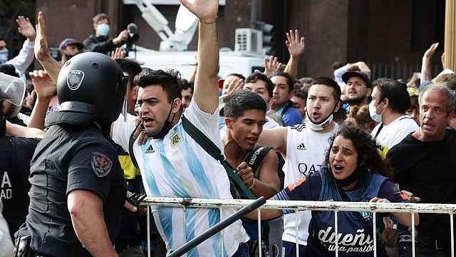 球迷在马拉多纳遗体前痛哭,告别仪式场外发生暴力冲突