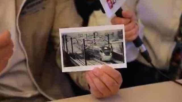 """高铁上开影展!火车迷10年拍下35万张照片,记录""""中国速度"""""""