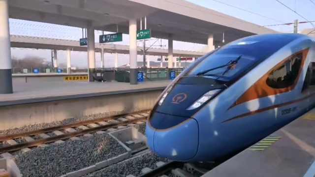 """开往西安方向的""""蓝暖男""""复兴号列车驶出庆阳站"""