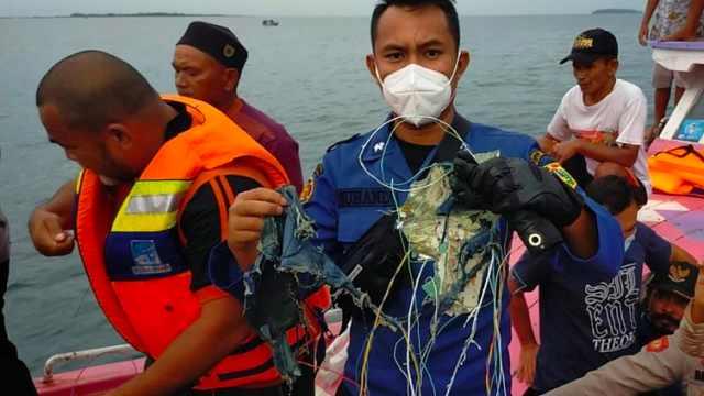 印尼失联航班已确认坠毁,部分残骸碎片被找到