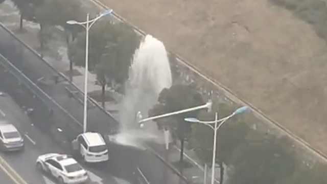 镇江焦山路发生事故,消防栓被撞断,水柱喷涌而出