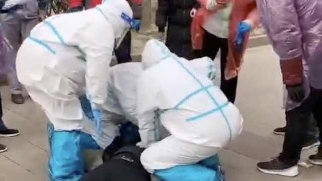 社区防疫人员核酸采集点巡查时突发心脏骤停,采集队飞奔抢救