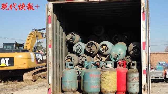 厢式货车拉载100多个老旧煤气罐,交警:打开气阀呲呲作响