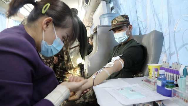 石家庄血库告急,郑州武警挽袖子献血13万毫升支援