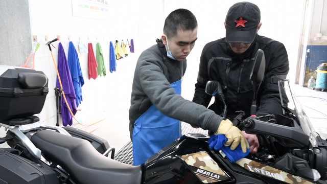吉林汉子成都招残障店员开洗车行:让他们用双手养活自己