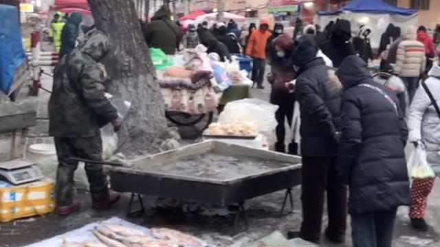 真·水煮鱼!零下30度哈尔滨商贩竟然生火煮活鱼