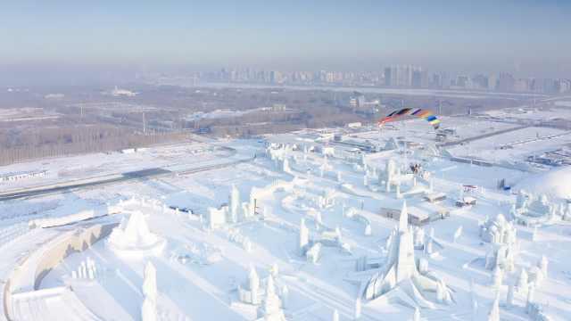 上帝视角看封闭后的冰雪大世界,白天发出蔚蓝色光芒