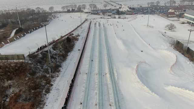 东北人真会玩!冰块搭建300米超长滑梯,比过山车还刺激
