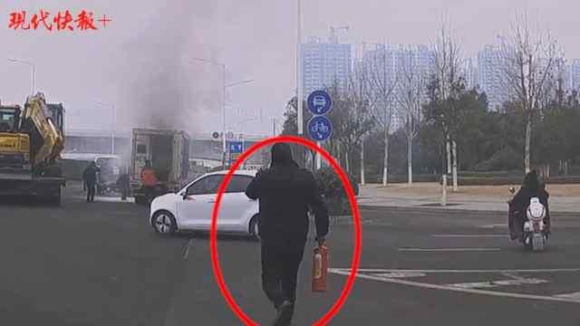 路遇小货车起火,几名公交司机拎着灭火器冲了过去
