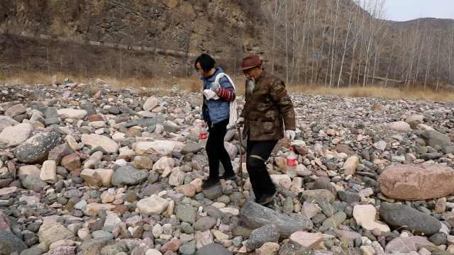 73岁大爷黄河滩捡奇石24年,靠卖石头供俩孙读完大学