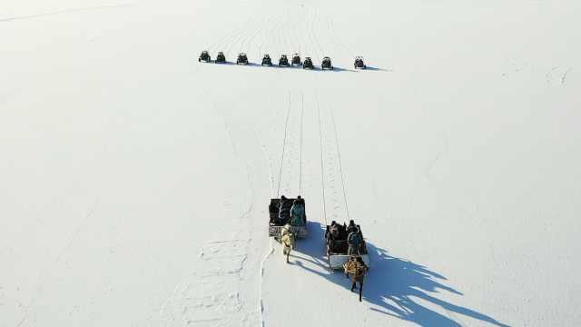 """新疆博斯腾湖进入冰封期,马拉爬犁成冰面上最""""嗨""""交通工具"""