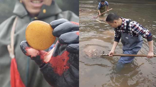 重庆江津河里成群人涉水寻