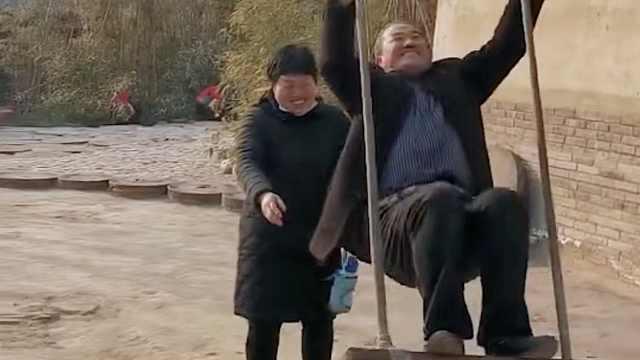 父母有时也像孩子!结婚纪念日五旬父母进游乐场玩嗨了