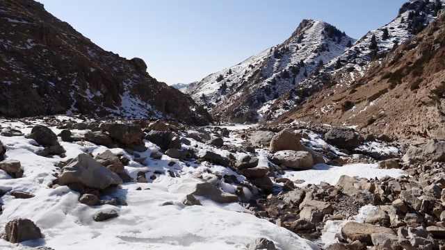 奇观!新疆天山深处冰河绵延数十公里,冰瀑洁白如玉